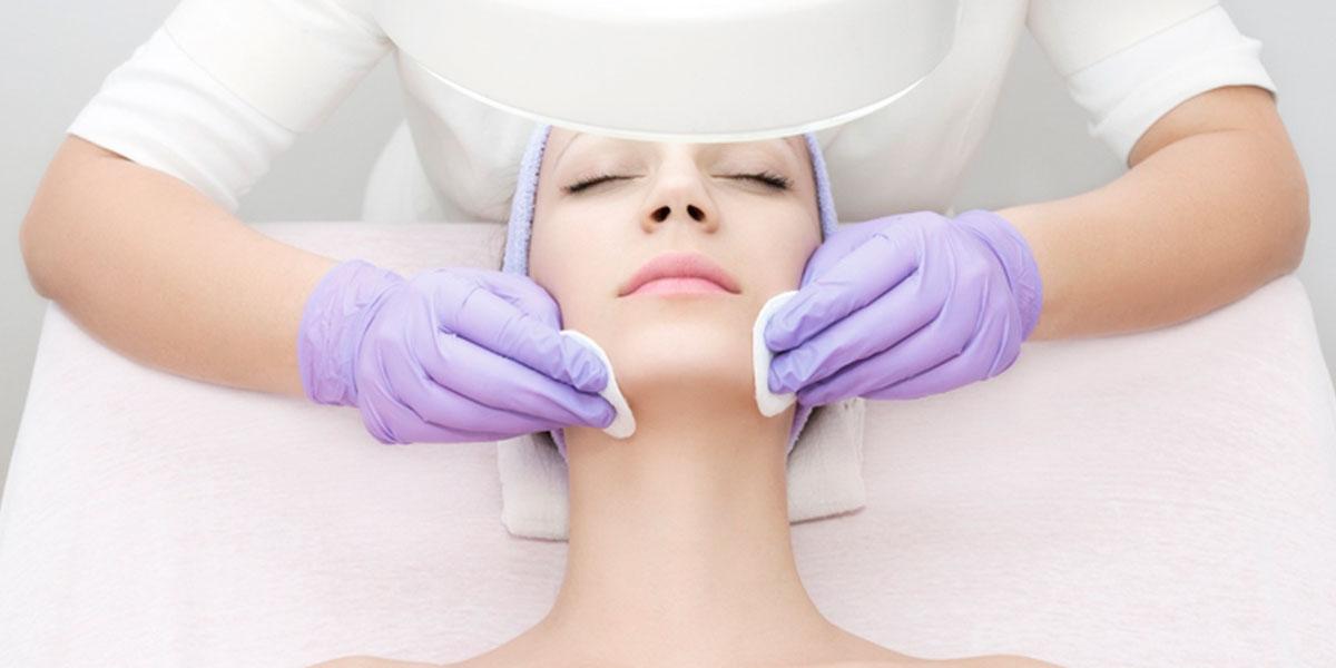 Limpieza facial profunda para acné